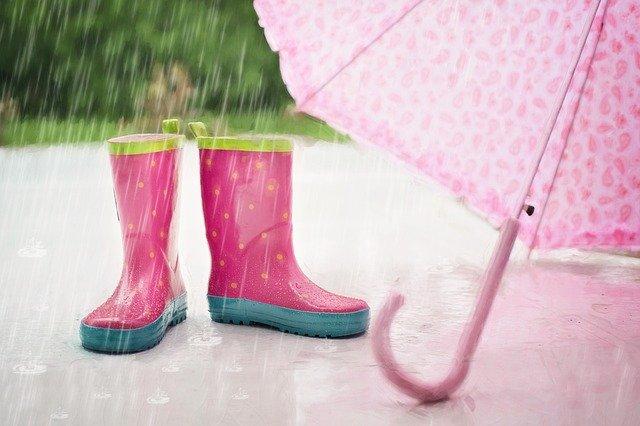 小学生って長靴はいつまで履くの?雨の日におすすめな防水スニーカー